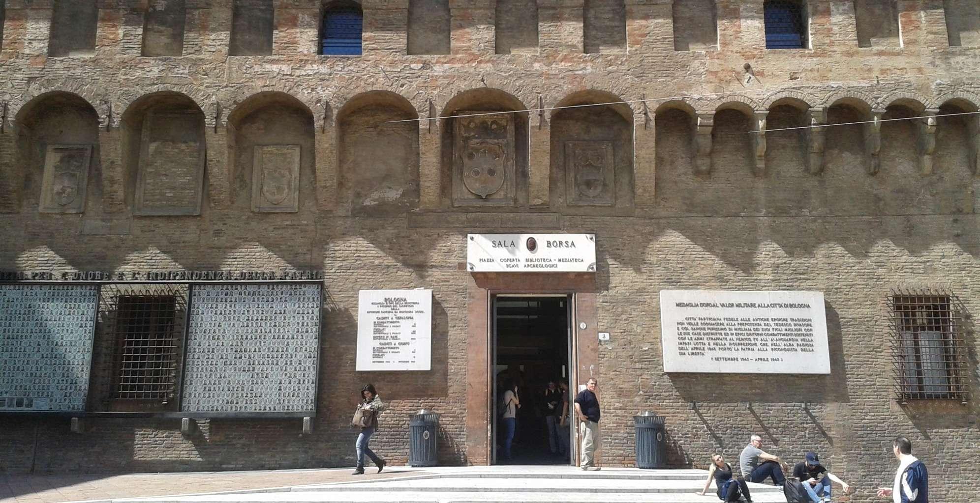 Bologna's Sala Borsa, Piazza Nettuno